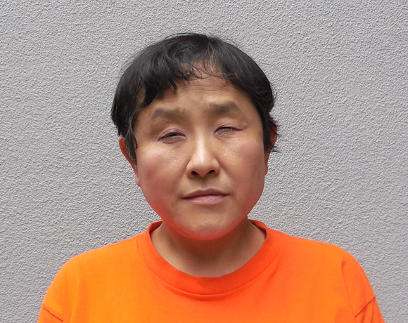 写真:視覚障害者でも上手にできるお化粧を習い早速試したアドバイザー芳賀氏