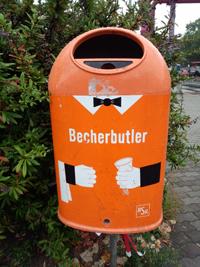 写真:オレンジ色で執事の格好をしたゴミ箱