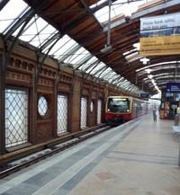 写真:ハッケシャーマルクト駅のホーム