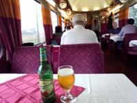 写真:食堂車でのビール
