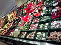 写真:スーパーに並ぶ色鮮やかなオーガニック野菜
