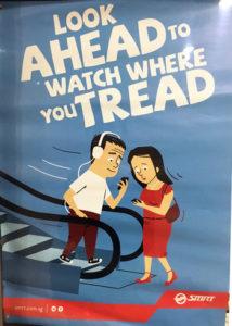 写真:歩きスマホ注意のポスター