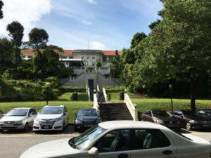 写真:公園の中にあるホテル