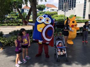 写真:謎のキャラクターと子供達