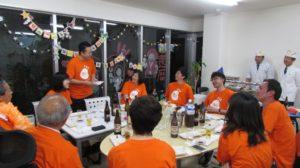 写真:お寿司を食べる権利を争ってクイズをしている様子