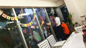 写真:窓ガラスにメッセージを描くブライトメンバー