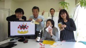 写真:Wさんのプレゼントをもって集まるブライトメンバー