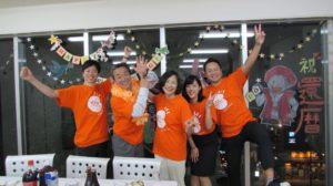 写真:ブライトオリジナルTシャツを着て集まった小川一家