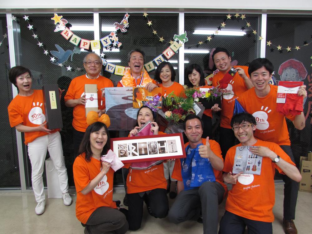写真:サプライズパーティに集まった10人の仕掛人とブライト小川