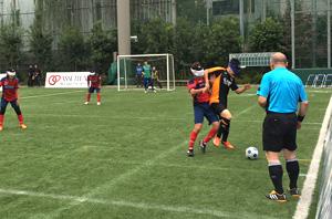 写真:フェンス際でボールを取り合う選手たち