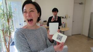 写真:QRコード付きのカードをもらって大興奮のWさん