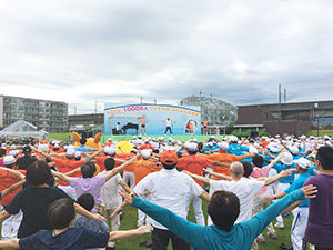 写真:大勢の参加者がラジオ体操を行っている様子