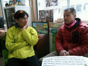 写真:事務局坂本さんが話を伺う様子