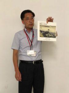 写真:葛飾北斎の美術書を説明する坂本氏