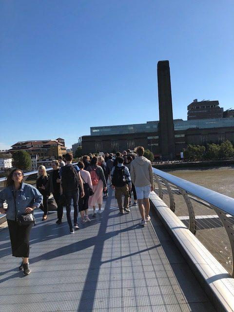 写真:テムズ川の橋の上