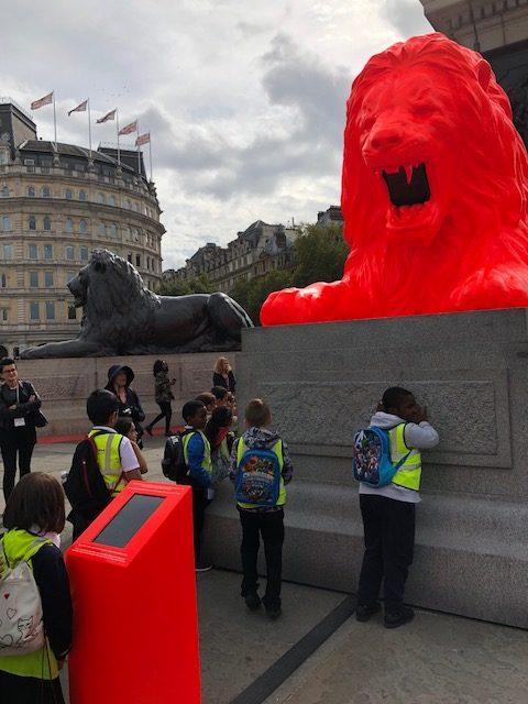写真:赤いライオン像