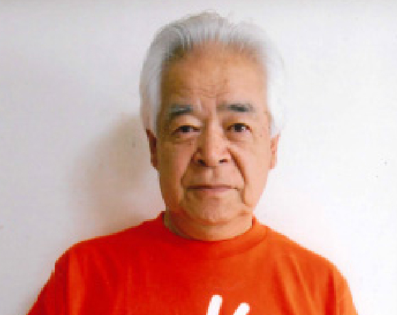 写真:オレンジのTシャツを着て微笑むかじワン有我氏