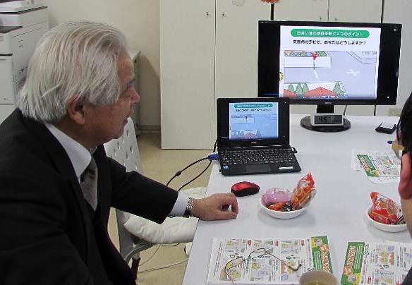 写真:高齢者が、制作途中の映像をチェックしている様子
