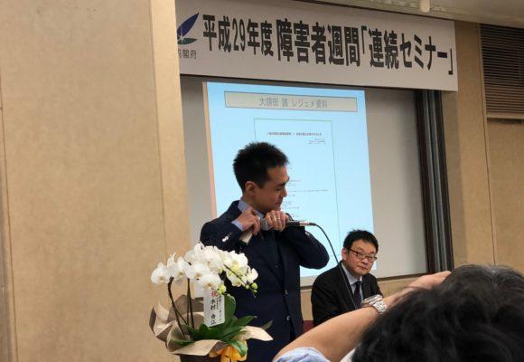 写真:ワイシャツに機械を当てる大胡田氏