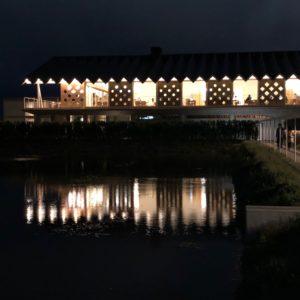 写真:夜のホテル外観