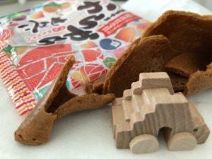 写真:煎餅を割ると中から木の車