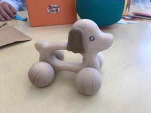 写真:ワンチャンの形をした木のおもちゃ