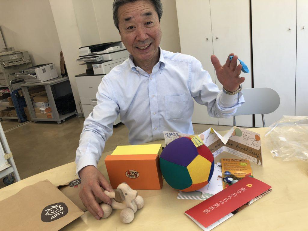 写真:社長とおもちゃ