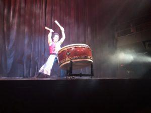 写真:和太鼓を叩く男性