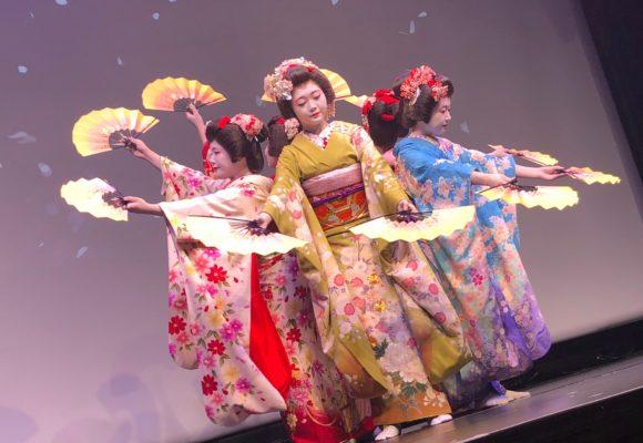 写真:扇子を持って踊る舞妓達