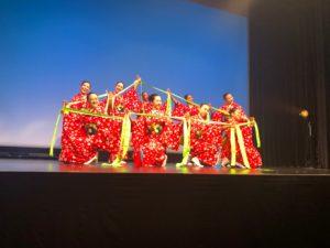 写真:着物で長い布を持って踊る女性達