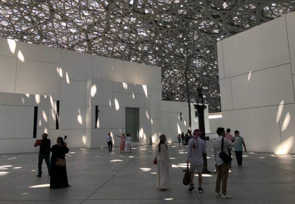 写真:ルーブル美術館の光の雨