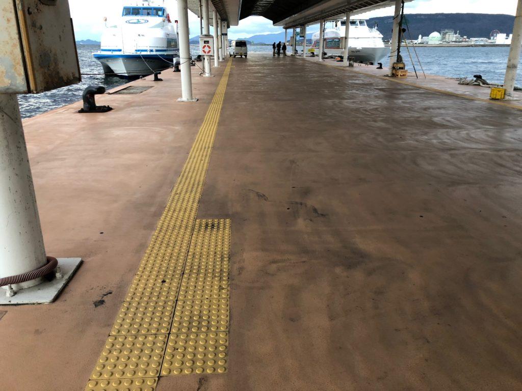 写真:高松港の点字ブロック