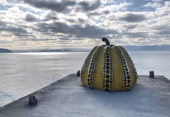 写真:草間彌生のかぼちゃの作品