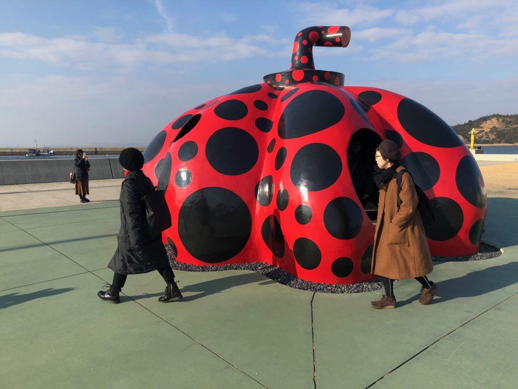 写真:宮浦港の赤いかぼちゃ