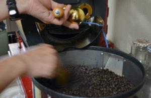写真:コーヒー豆の焙煎作業