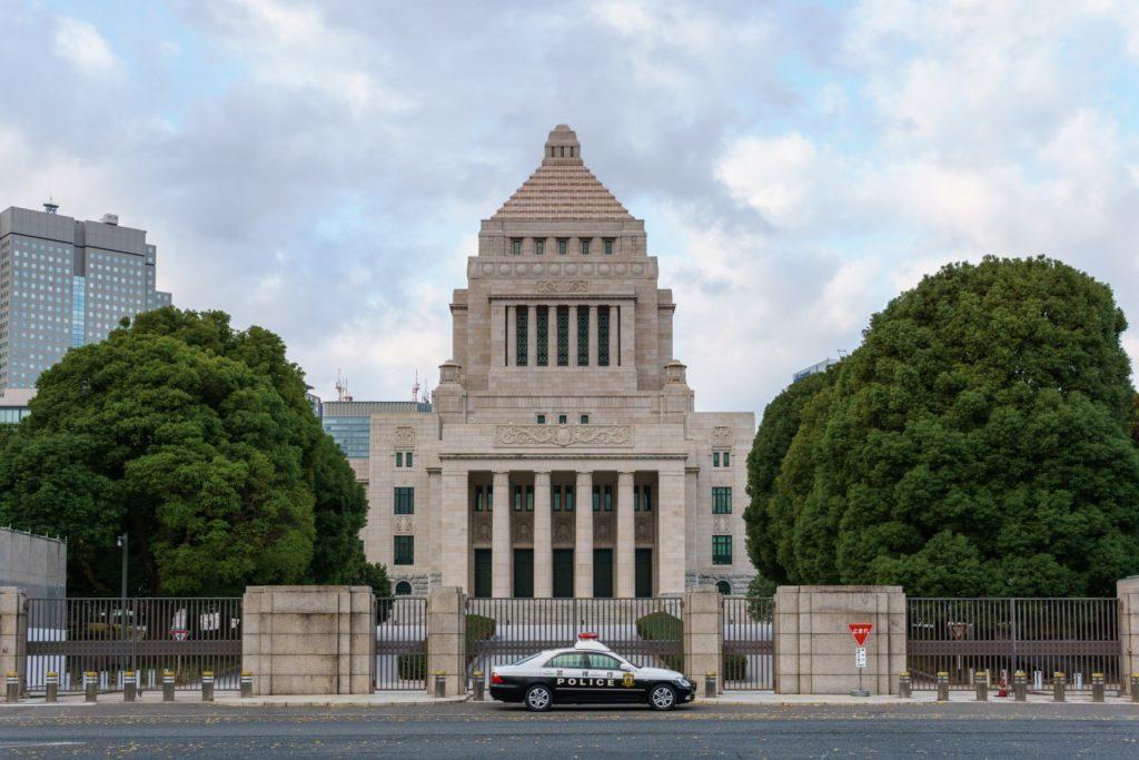 写真:国会議事堂の前にパトカーが駐車