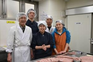 写真:工場で働く障害をもった方々
