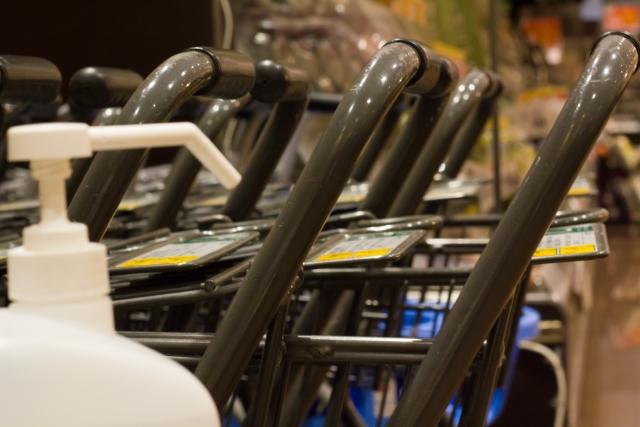 イメージ画像:消毒スプレーとショッピングカート