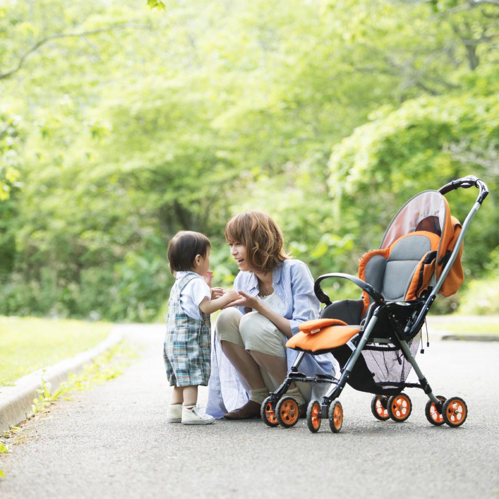 イメージ写真:乳児と女性とベビーカー