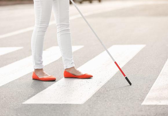 イメージ画像:白杖で歩く女性