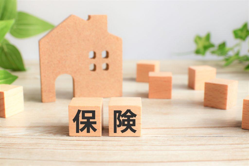 イメージ写真:保険という文字と家の形をした積み木