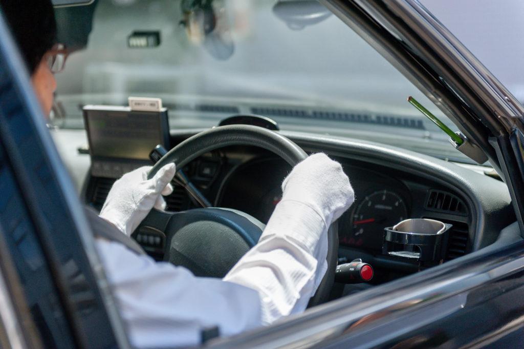 イメージ画像:ハンドルを握るタクシードライバー