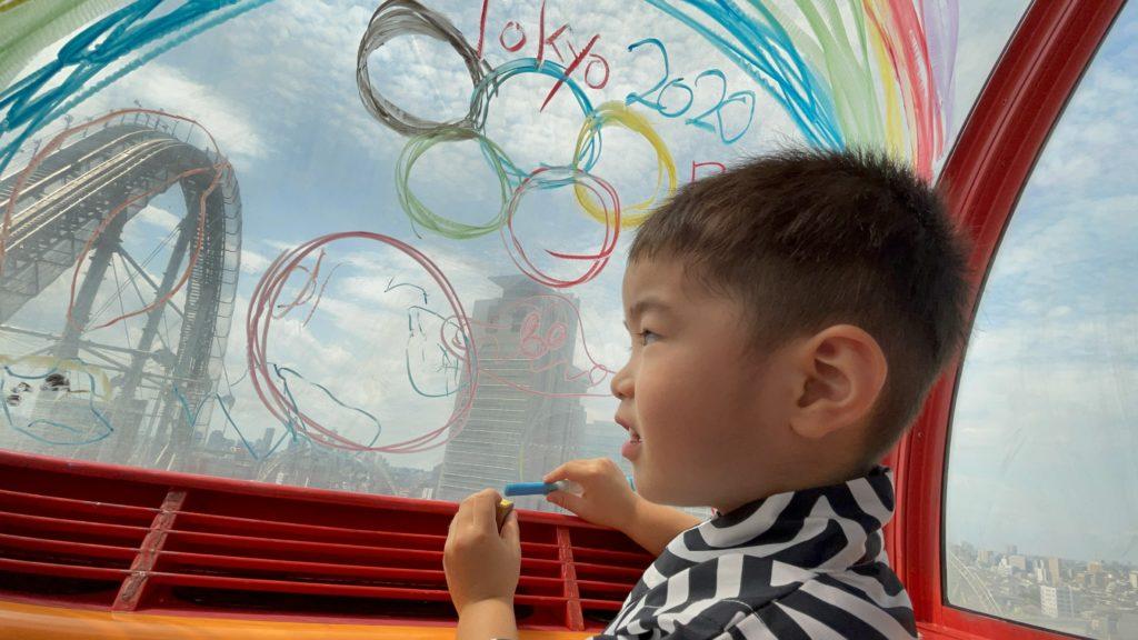 写真:窓に五輪のマークをらくがきした孫