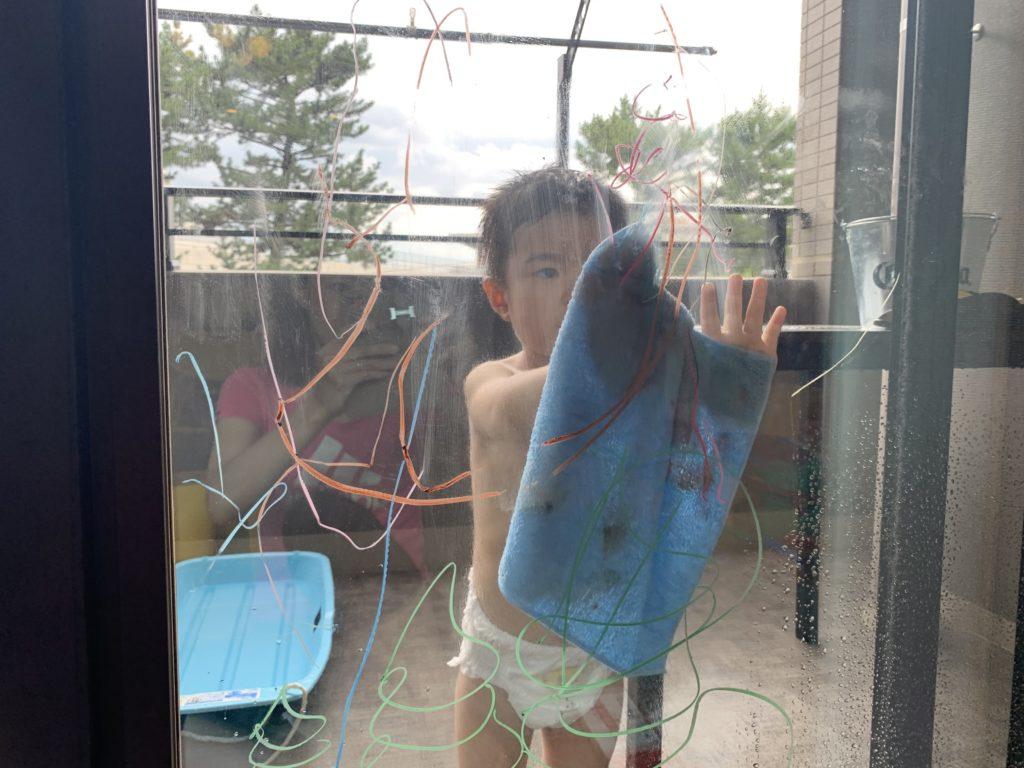 写真:らくがきを水ぶきする孫