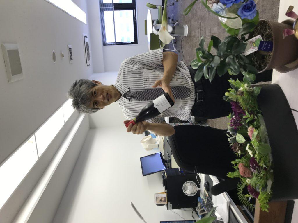 写真:事務所移転お祝いのお花とワイン