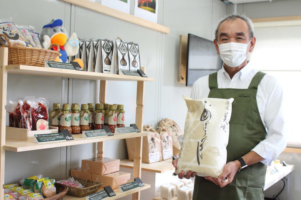 写真:お米をもつ大山社長