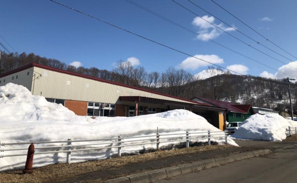 写真:雪が積もっている美唄工場の外観